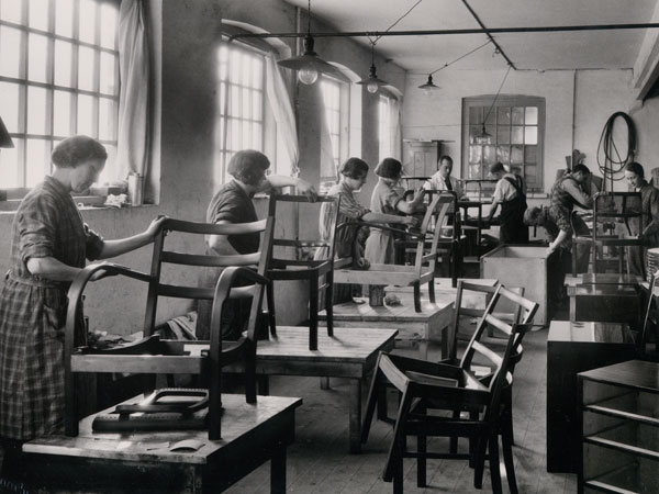 Fritz Hansen Production 1930 - production of wooden chairs