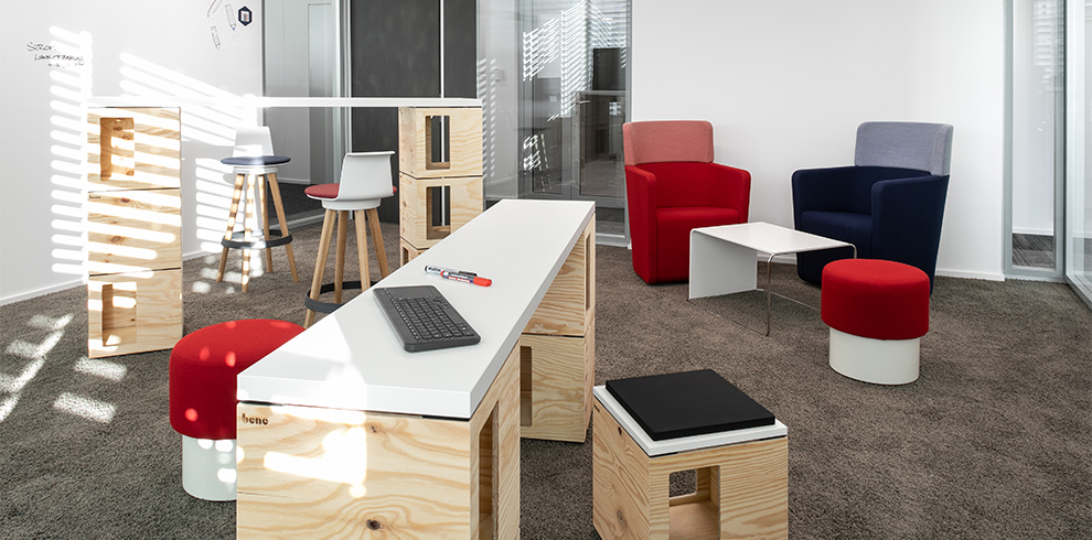 IDEA LAB mit PIXEL, PARCS Media Board, TIMBA Stools & PARCS Wing Chairs