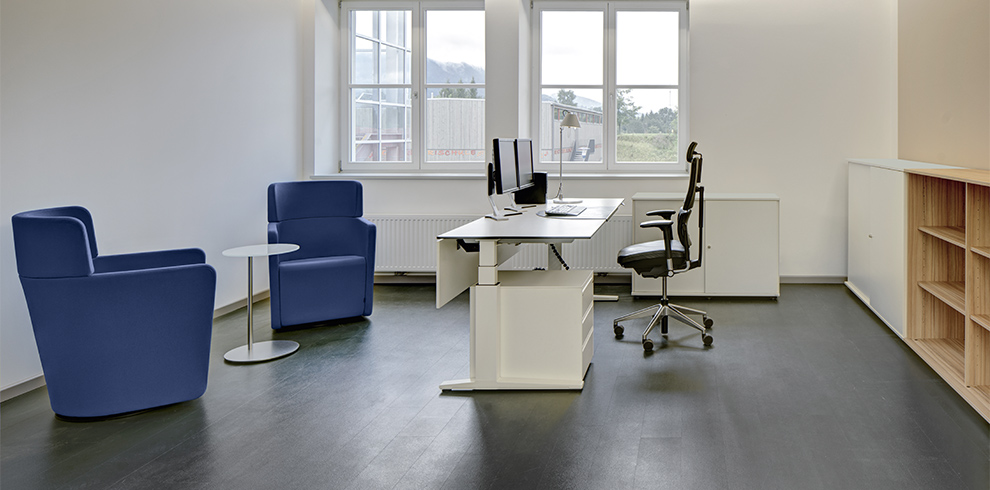 Zweckverband KVS: T-Lift Desk, PARCS Club Chairs, K2 Storage